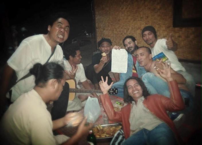 Hendra Utai, Rizki, Ipon Bae,Uwin Mokodongan, Kim, Jengki,Obe Marzuki, Mas Penyanyi