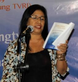 Nunung Noor El Niel membaca Puisi