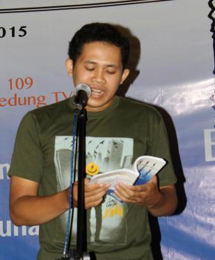 Putu Gede Pradipta baca Puisi